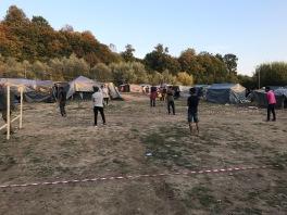Volunteers haben ein Cricket- und Fußballfeld gebaut und markiert.